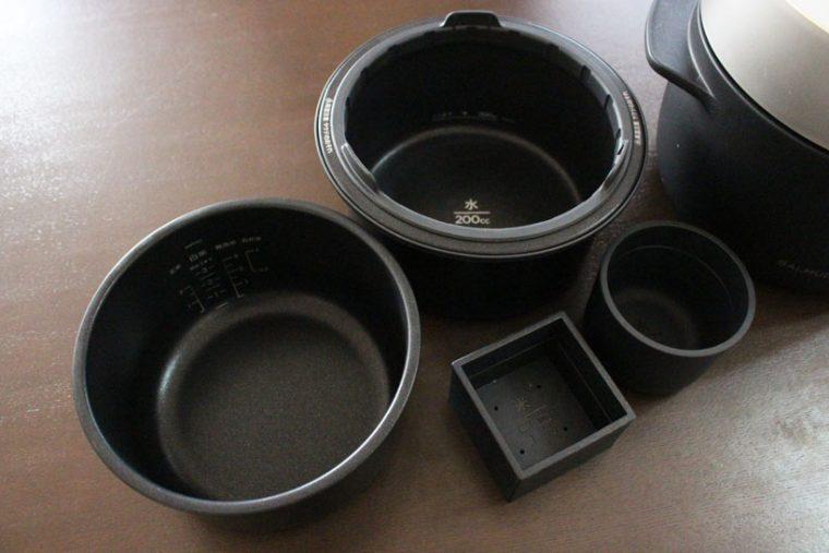 ↑外釜と内釜、さらに升の形をしたお米用計量カップと、コロンとした蒸気用計量カップがセットになっています