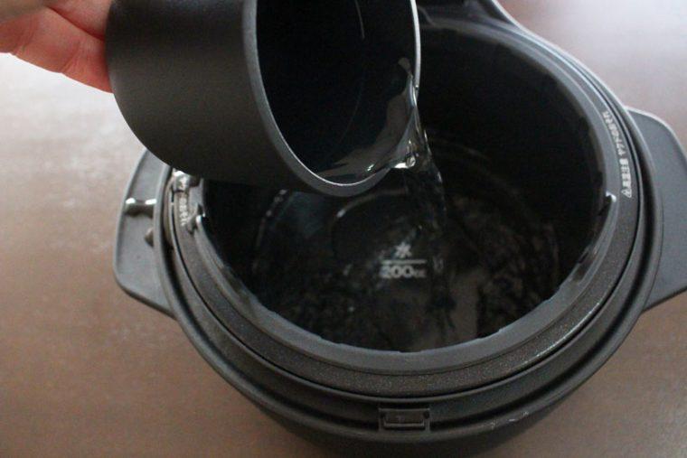 """↑外釜に入れる水の量は、お米の量にかかわらず200㏄。この水を入れるという""""儀式""""は、同じく水を入れる必要があるBALMUDA The Toasterを思い起こさせます"""