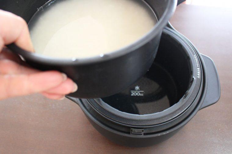 ↑水を入れた外釜の中に、お米と水を入れた内釜をセット。あとは「炊き方」ボタンを押してモードを設定し、「炊飯」を押せば炊飯が始まります