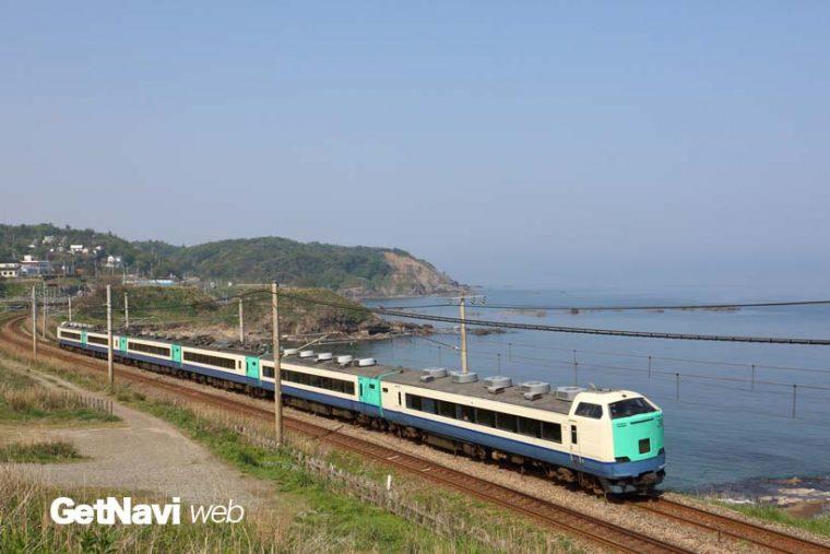 ↑新潟県の鯨波海岸沿いを走る485系快速列車。名撮影地での姿も今年で見納めとなりそうだ