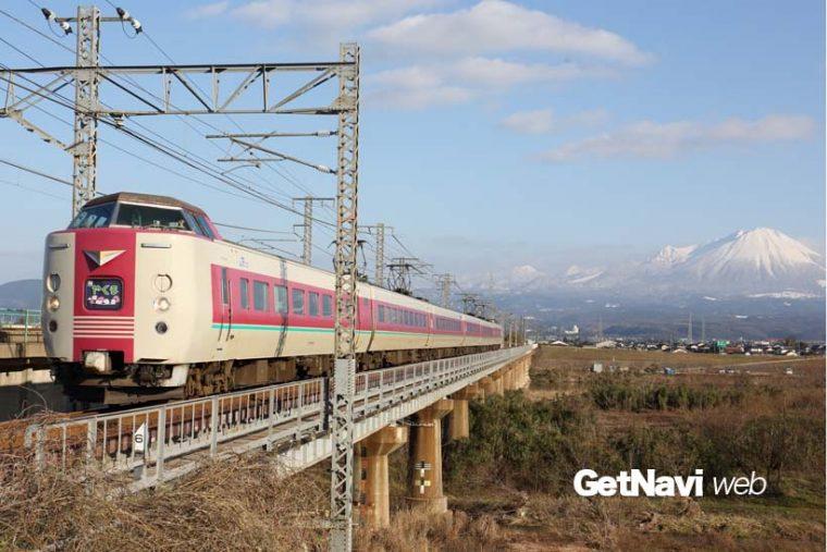 """↑ """"ゆっくりやくも""""塗装の381系が大山を背景に走る。いまや貴重な国鉄形特急電車の雄姿が山陰を彩る"""