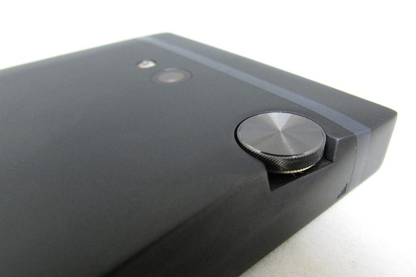 ↑上質感のある音量調整ダイヤル。うっかり回転させることもありますが、反対側の側面丈夫にHOLDスイッチがあり、操作無効にできます