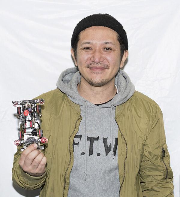 ↑愛車を手にするオープンクラスチャンピオン・栄 拓未さん