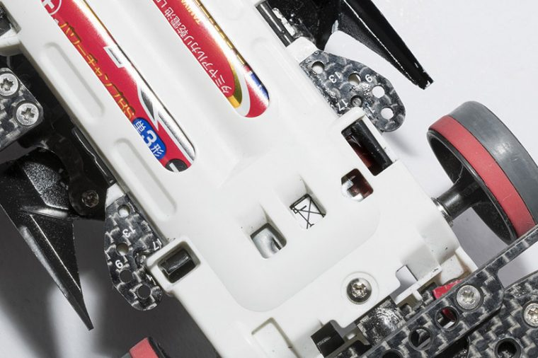↑ギヤボックスのツメ付近をカーボンプレートで補強。シャーシのねじれによる減速を防ぐ