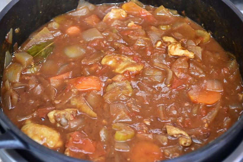 ↑1時間ほど煮込んだら、カレールウを加え、混ぜ合わせて予熱で味をなじませたらできあがり
