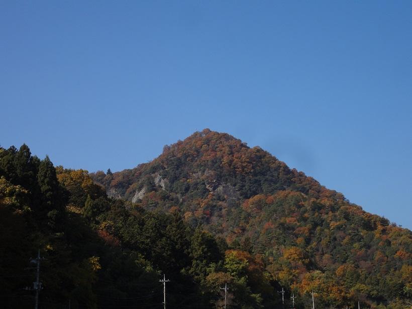 ↑桃太郎が生まれた桃の木が生えていたとされる百蔵山(桃倉山)