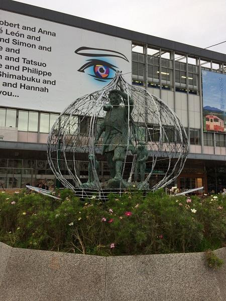 ↑岡山駅の駅前広場にある桃太郎の銅像