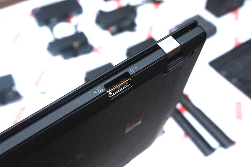 ↑背面に搭載されたSIMスロットとmicroSDカードスロット。SIMの挿入にはSIMピンが必要になります
