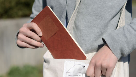 ノートなのに使いこむほどカッコイイ! 蝋引き紙を表紙に使ったプレミアムなスリムノートが登場