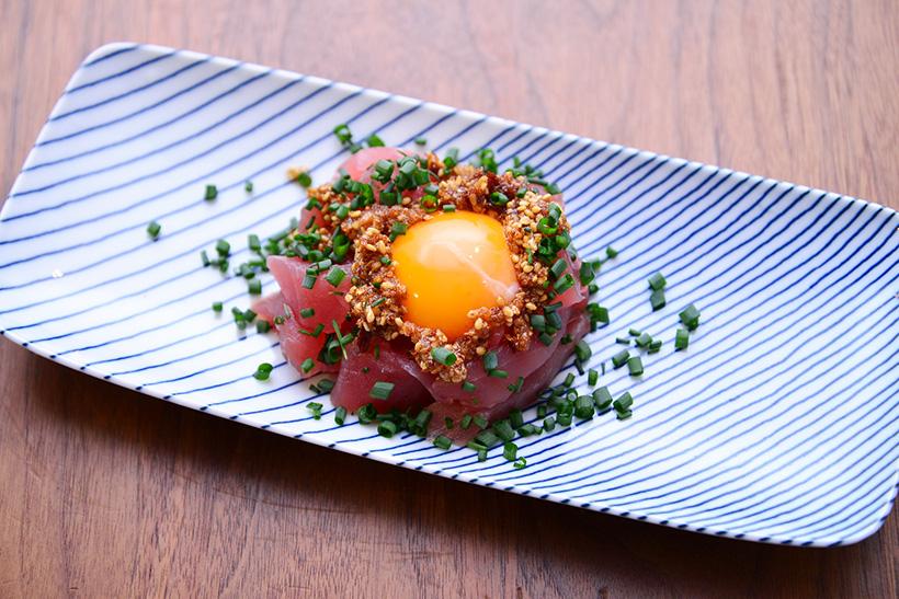 ↑マグロのブツ切りに卵黄と万能ネギをあしらい、「サクサクしょうゆ」をオン