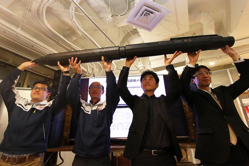 ↑3Dプリンター製の巨大neroを抱えた登壇者。右から丸山開発部長、デザイナー・柴田氏、開発部・我孫子氏、同・伊藤氏