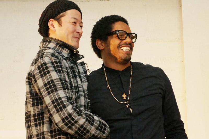 ↑握手を交わすマーリー氏と浅野氏