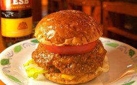 西部劇の酒場のようなバーでハンバーガーとビール! 人気漫画『NANA』の舞台にもなった調布「JACKSON HOLE」