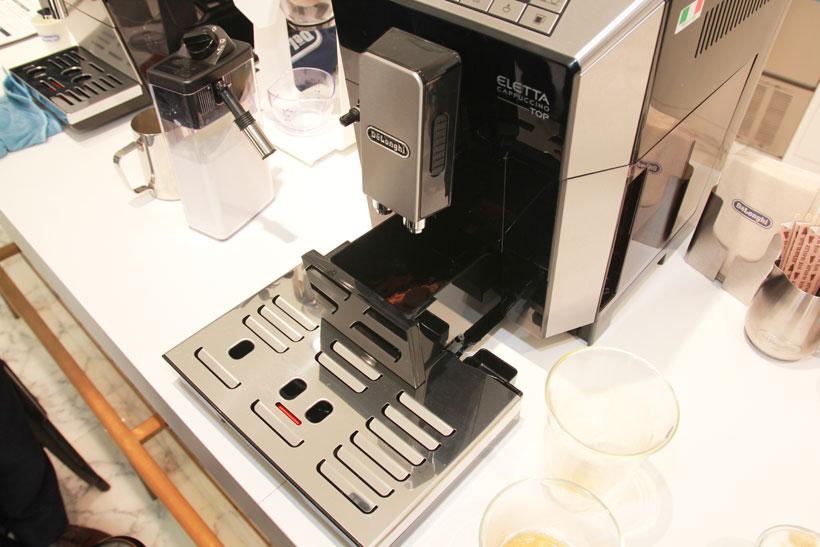 ↑コーヒーカスは前面下部に自動的にたまっていくので、ある程度飲んだら捨てます