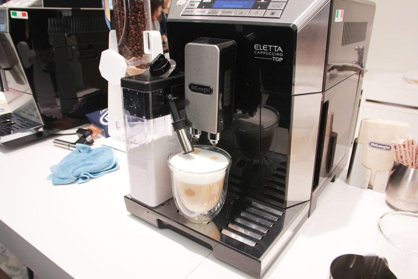 ↑ミルクメニューによってコーヒーとミルクの割合、ミルクの泡の大きさを自動で調節します