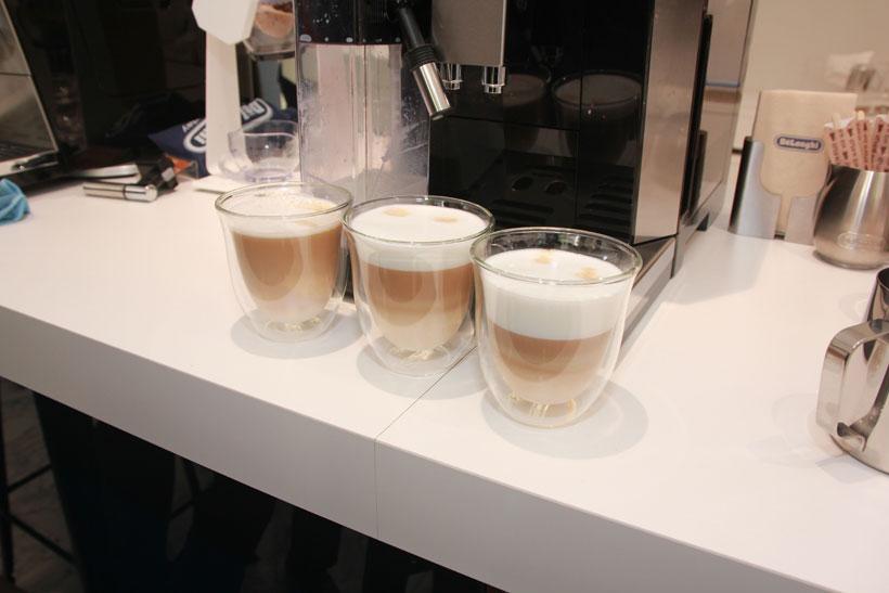↑右からカプチーノ、フラットホワイト、カフェラテ。フラットホワイトはオーストラリアやニュージランドでよく飲まれているメニュー