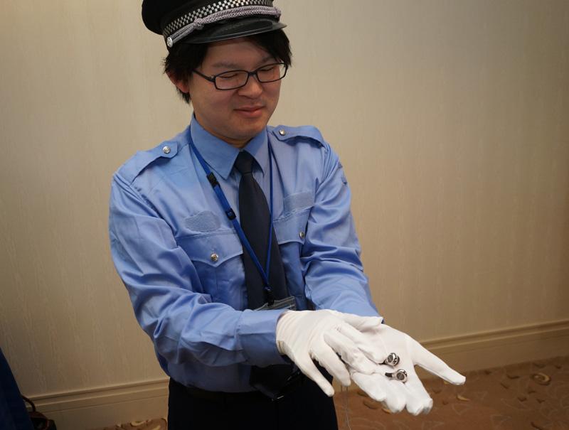"""↑会場にはXelento remoteの""""貴重品感""""を伝えるために警備員(注:ティアック社員のコスプレ)も配備された"""