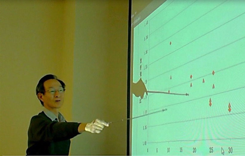 ↑合同研究会で現場の放射性物質について説明する雲英氏