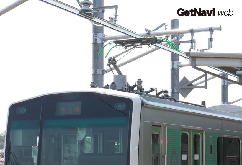 ↑終点の烏山駅にはACCUM専用の充電設備が設けられ、パンタグラフをあげ蓄電池への充電を行う