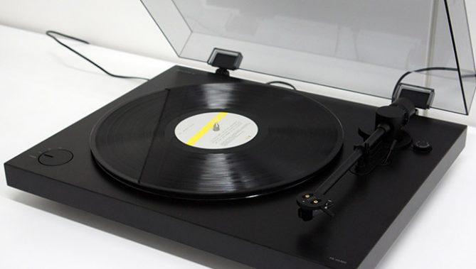 ↑ソニーのアナログレコードプレーヤー「PS-HX500」