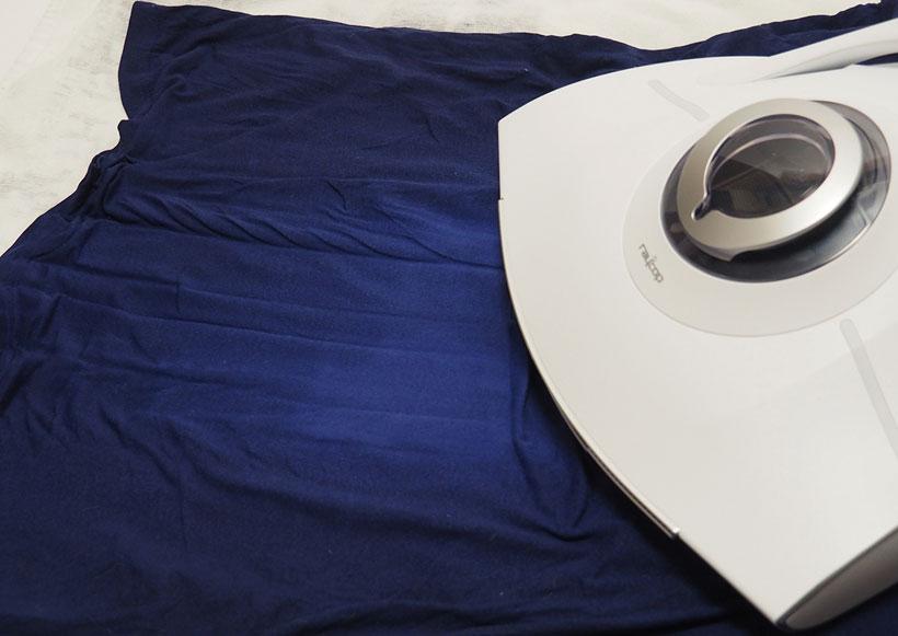 ↑ぬらした青いTシャツに「ドライエアブロー」を使用。ゆっくりとヘッドを動かしたところ、Tシャツ中央部分が乾燥して明るい色に変化しているのがわかります