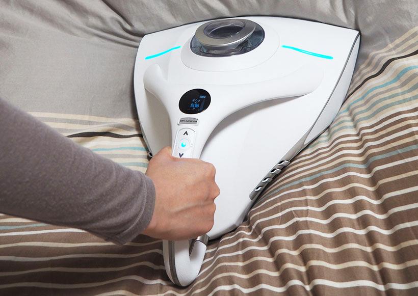 ↑本体を布団に乗せるだけで、布団にギュッと接地します。なので動かすときは「前に進める」ことを意識するだけ。数台のベッドを掃除してもあまり疲れません