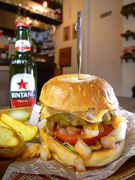 ↑チェダーチーズとフライドエッグを乗せた「ジャックバーガー」(1,250円)は、まさにバリ島で食べた「ナシゴレン」のイメージと小木野さん。粗く刻んだオニオンの辛味もよい