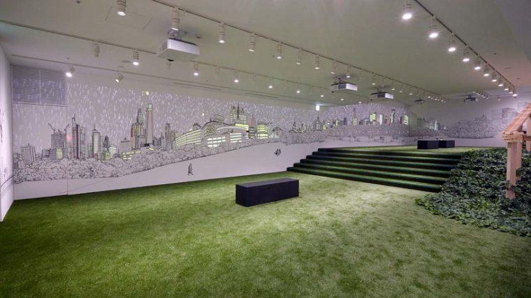 ↑フロアが連続していることを表現するために人口芝でフロアを繋いでいる。壁面のウォールアートは120mにも及ぶ