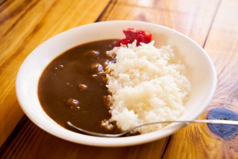 ↑ランチタイム限定の、牛すじカレー(麺メニュープラス¥100)。数種の香辛料をブレンドしたほどよくスパイシーなテイストは、メインのラーメンの味を打ち消すことなく、適度にスープの濃厚さをリセットしてくれます