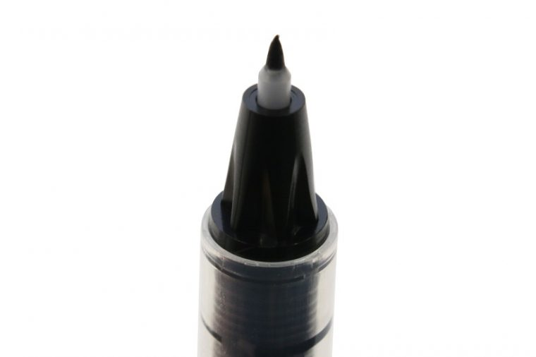 ↑しなりのある樹脂製チップ。極細でも筆圧をかけると筆ペンらしい字が書ける