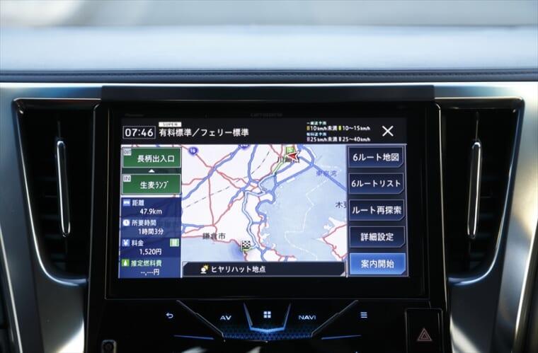 ↑カーナビ本体の交通データだけでなく交通情報が蓄積された専用サーバーを使うことで、より現実に即したルート最大6つを提示。例えば、目的地最寄りの高速出口付近が混んでいる場合、1つ先のインターチェンジまで通り越すルートも探す。ドライバーは自分の都合に合ったルートを選べばOKという最新機能で、画面左上には「SUPER」の文字が出る