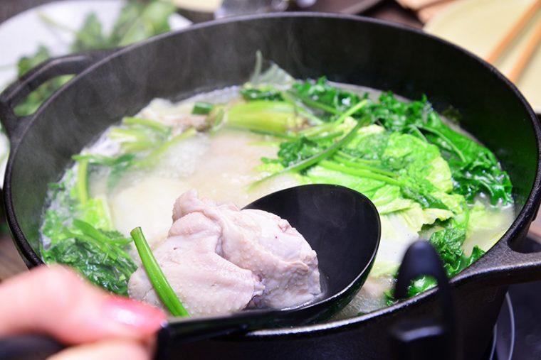 ↑「草鍋コース」(ひとり2500円)。鶏がゴロっと入った白湯スープにさまざまな野菜や香草を入れて楽しむ鍋で、4~12名かつ2日前までの予約・1日1組限定です