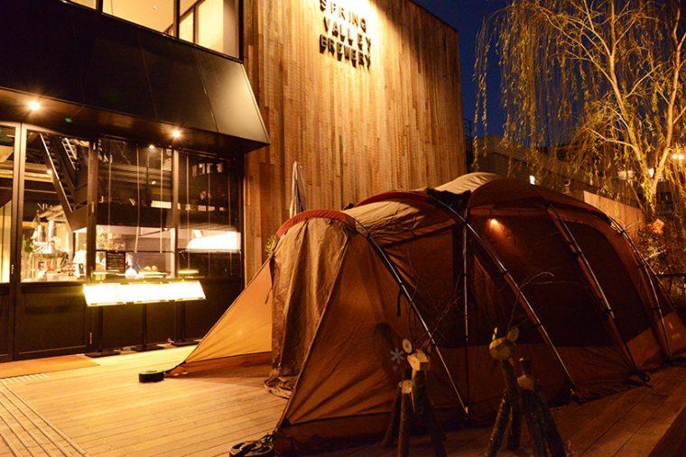 ↑SVB東京入口前のテラス。人気の国産アウトドアブランド「スノーピーク」のシェルターを用いた個室が用意されています