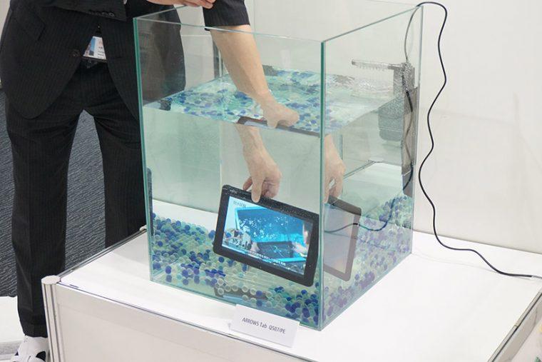 ↑ARRWS Tabの防水デモンストレーション