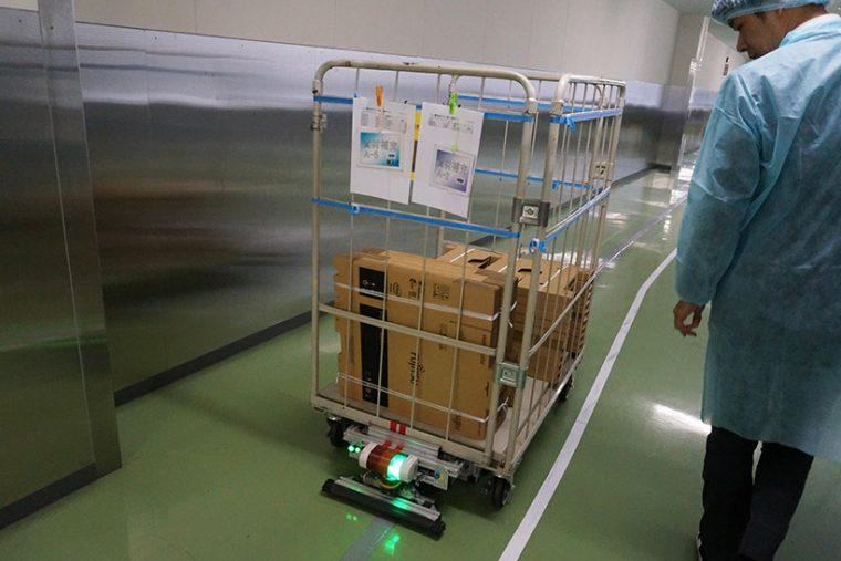 ↑構内は自走ロボットが部品を運んでいました。ちなみに運行を周囲に報せるために音楽を鳴らしています