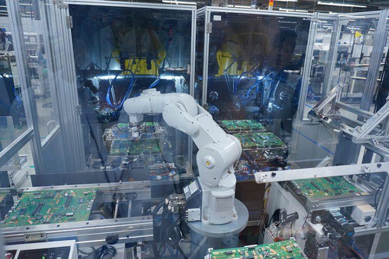 ↑生産ロボットも絶賛稼動中。人間の手と機械が並行して作業することで生産効率を上げているとのこと