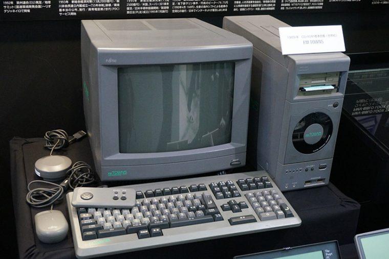 ↑国産パソコンで初めてCDドライブを搭載し、当時は「マルチメディアパソコン」と呼ばれた名機「FM-TOWNS」