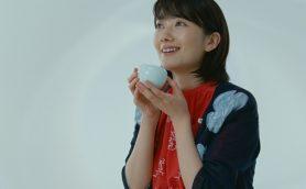 """波瑠もあけてびっくり!? キリンが""""生茶箱""""プレゼントキャンペーン実施!"""