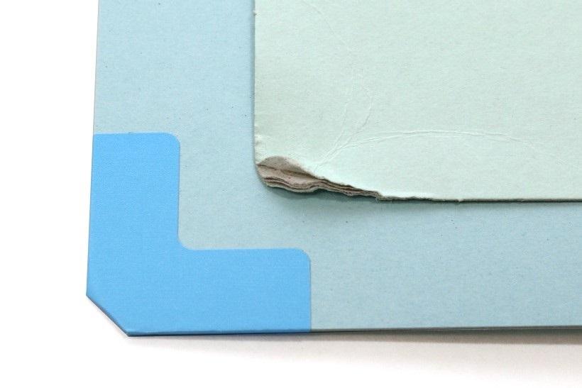 ↑棚や机の底面で擦れても四隅カドが潰れない