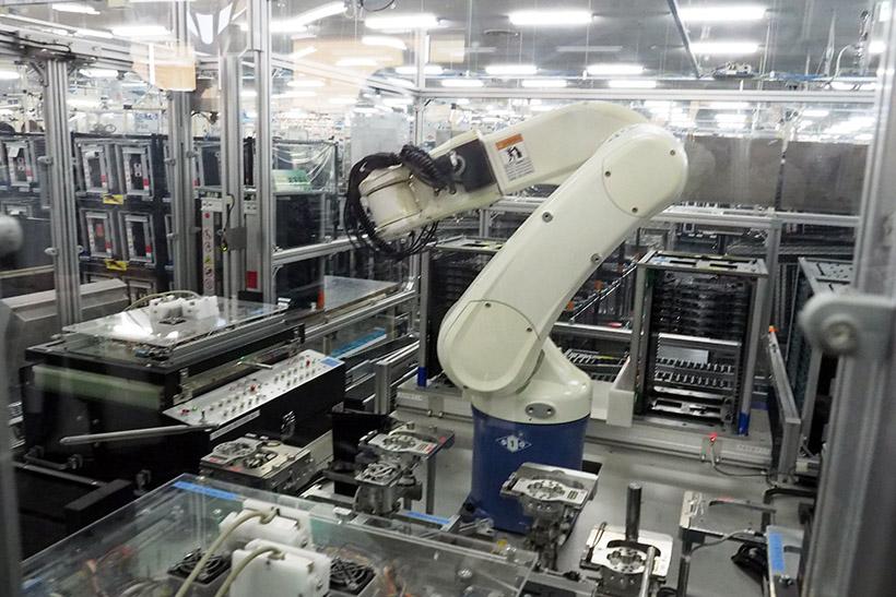 ↑こちらは片腕のロボット。基板を取り出して、通電させる装置に取り付けて、検査を行う