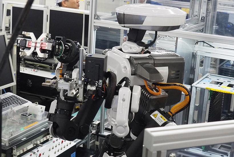 ↑こちらはXZ6 シリーズから採用された双腕ロボット。片腕ずつ部品を取り扱い、頭のカメラでチェックしている