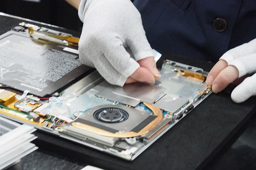↑XZ6はディスプレイ部がタブレットになるため、多くのパーツがディスプレイ部に取り付けられる