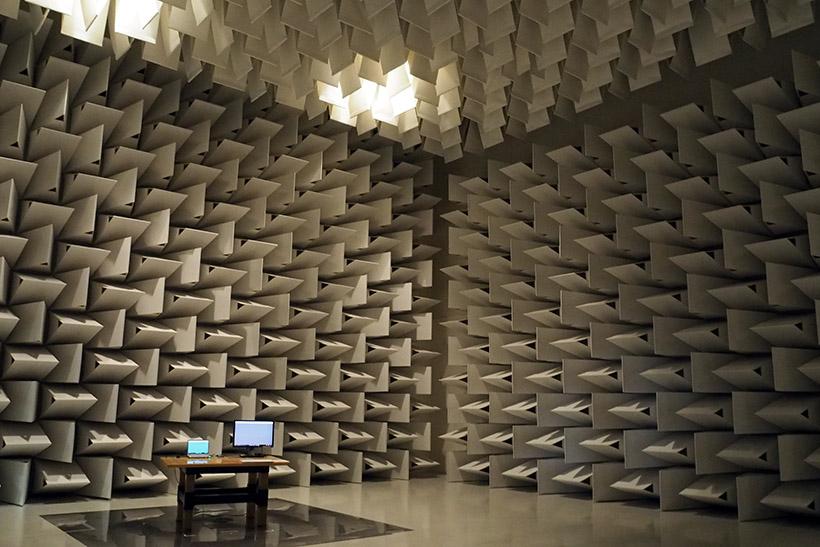 ↑神戸工場には世界中の電磁波規制に対応できる、10mの電波暗室を用意。以前は外部施設を利用していたが、開発スケジュールを優先するため、工場内に設置したという