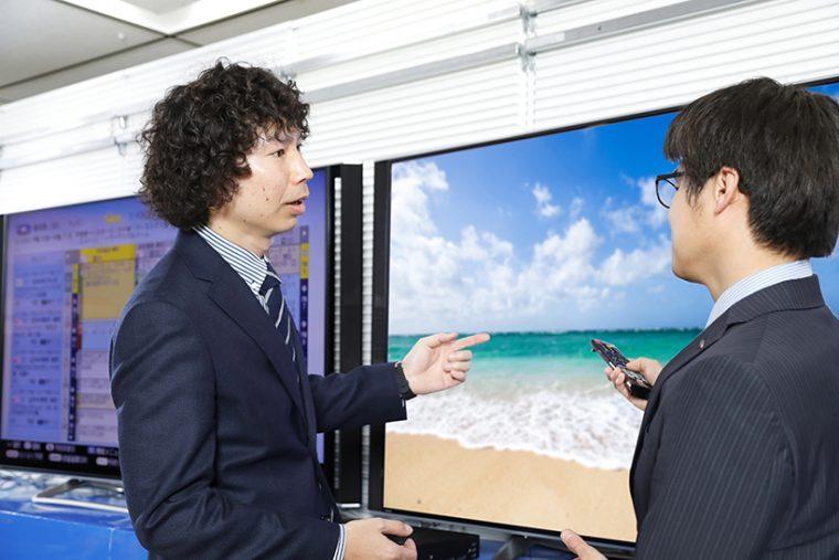 ↑シャープ 第二技術部の潮田将徳さん(右)