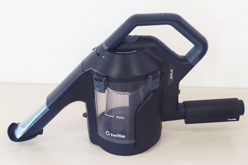 ↑水も固形物も吸い込んで掃除できる「スイトル」。本体サイズはW148×D506×H283mm。重さは本体のみで約1.2㎏