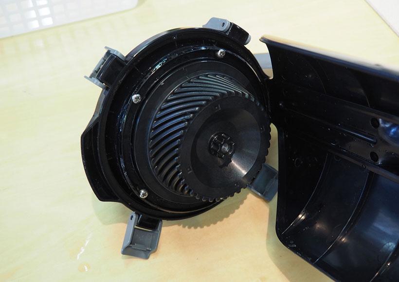 ↑汚水タンク上部にある「逆噴射ターボファンユニット」。この内部にあるファンが回転することで「風のカーテン」を作り、水が掃除機に逆流することを防ぎます