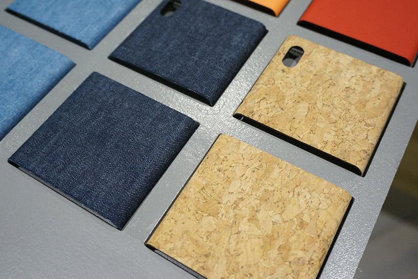 ↑今回、新たにラインナップに加わったデニム素材(左)とコルク素材の(右)背面カバー