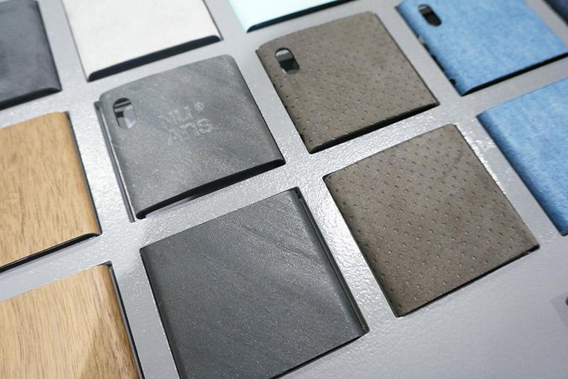 ↑こちらも新製品である石素材(左)とパンチングレザーの背面カバー(右)