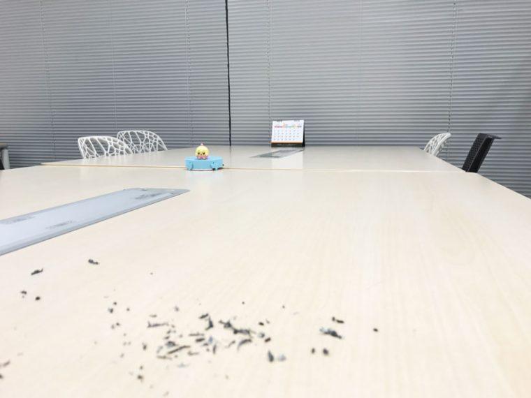 ↑机と机の間の溝にハマって動けなくなっている