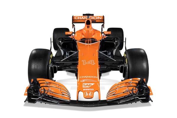 ↑グラファイトグレーを基調にしたカラーリングから一変。正面から見るとより一層オレンジカラーが目立つ
